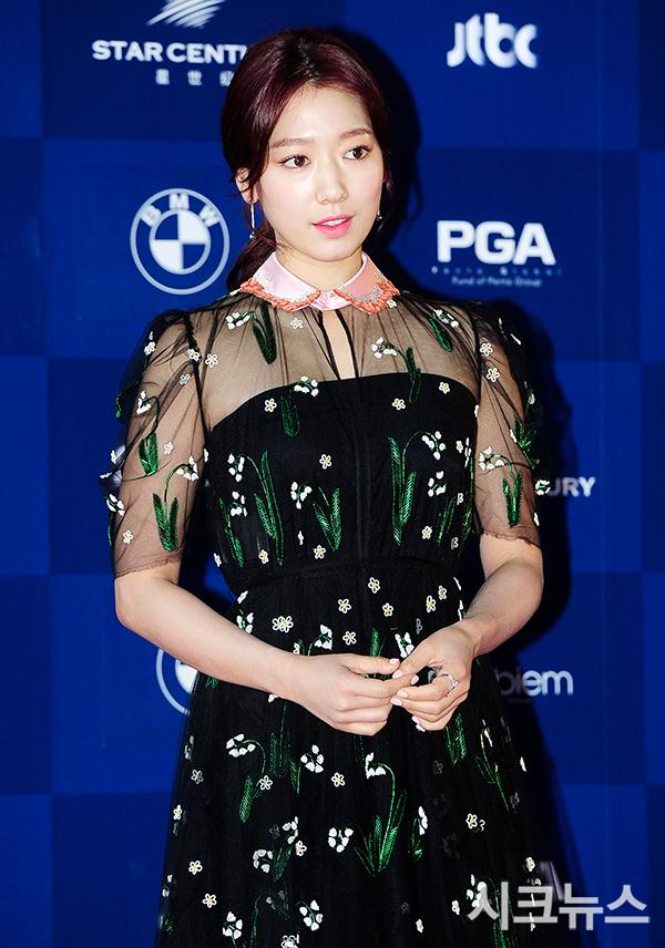http://www.park-shin-hye.com/media/kunena/attachments/34052/1493797975_141933.jpg