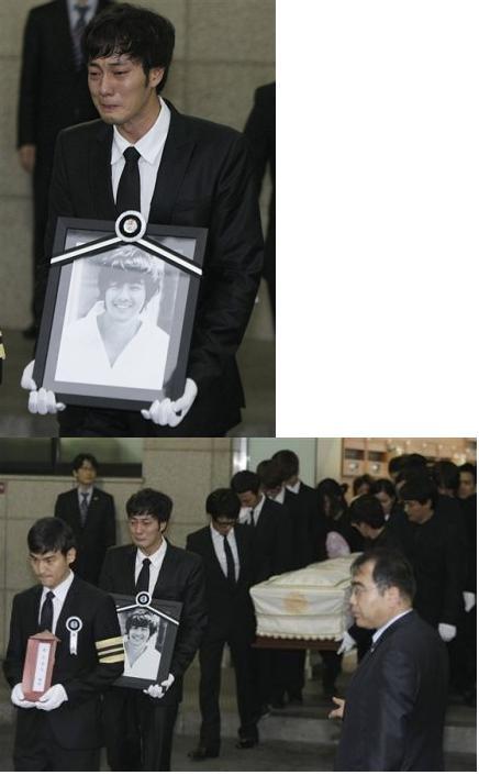 3965082496_south_korean_actor_ji_sub_carries_portrait_deceased_south_korean.jpg